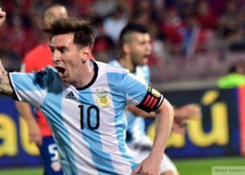 """""""Барселона"""" заплатит штраф за жест Месси в память о Марадоне"""