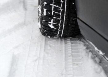 Московским автолюбителям посоветовали «переобуть» автомобили