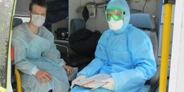 Надбавки медикам за работу с COVID-19 продлят на год