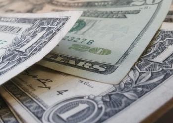 Курс доллара упал ниже 74 рублей впервые с начала сентября