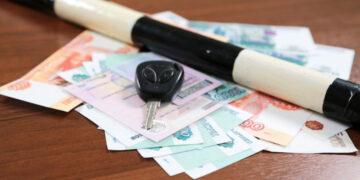 СМИ узнали, как ГИБДД в РФ будет штрафовать за разговоры по мобильнику за рулем