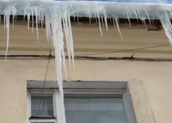 В Саратове школьник погиб после обрушения льда с крыши жилого дома