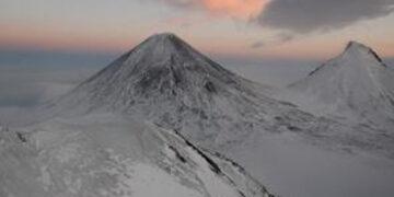 На извергающемся Ключевском вулкане сошла серия лавин