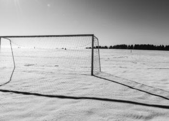 """Футболисты """"Сивасспора"""" вышли в белой форме на поле и слились со снегом"""