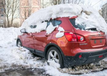 Автоэксперты объяснили, вредно ли автомобилю «зимовать» под снегом