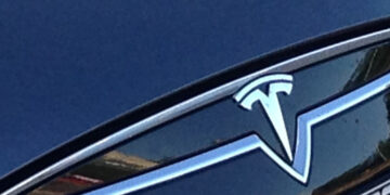 Гендиректор BMW предсказал Tesla потерю лидерства на рынке электрокаров