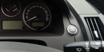 Продажи новых автомобилей в России в феврале выросли на 0,8%