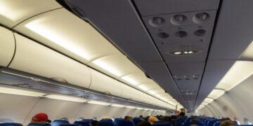В Новосибирске пассажирку сняли с рейса за бесцельное хождение по самолету