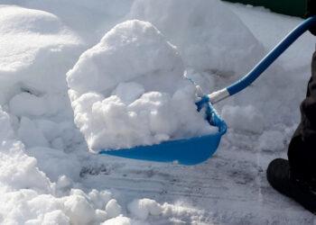 В Новосибирске автомобилисты потушили снегом загоревшийся на трассе грузовик