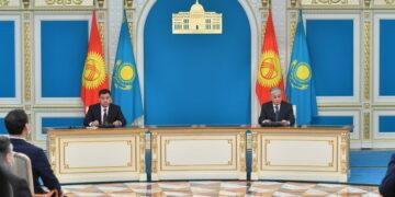 Жапаров на встрече с Токаевым поблагодарил Казахстан за помощь в борьбе с COVID-19
