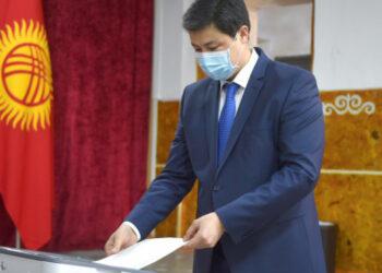 Премьер-министр Кыргызстана проголосовал на местных выборах и референдуме по Конституции