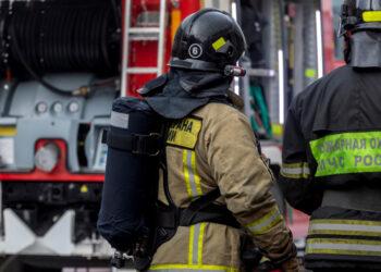 Пожарные локализовали возгорание в жилом доме в Петербурге, эвакуированы двое